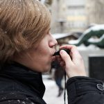 Flashmobber Christian (19) startet die Aktion mit einer Trillerpfeife