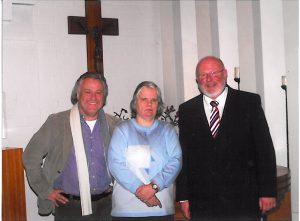 Hinz&Kunzt-Geschäftsführer Jens Ade, Verkäuferin Irene Ekerts und Klaus Stöckel von der Kirchengemeinde Wentorf beim neujahrskonzert 2009