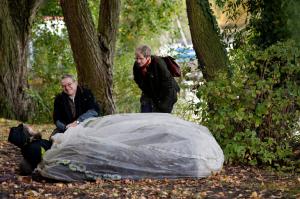 Psychiaterin Dorothee Freudenberg und Straßensozialarbeiter Thomas Kanehl sprechen mit einem Obdachlosen an seinem Stammplatz an der Alster