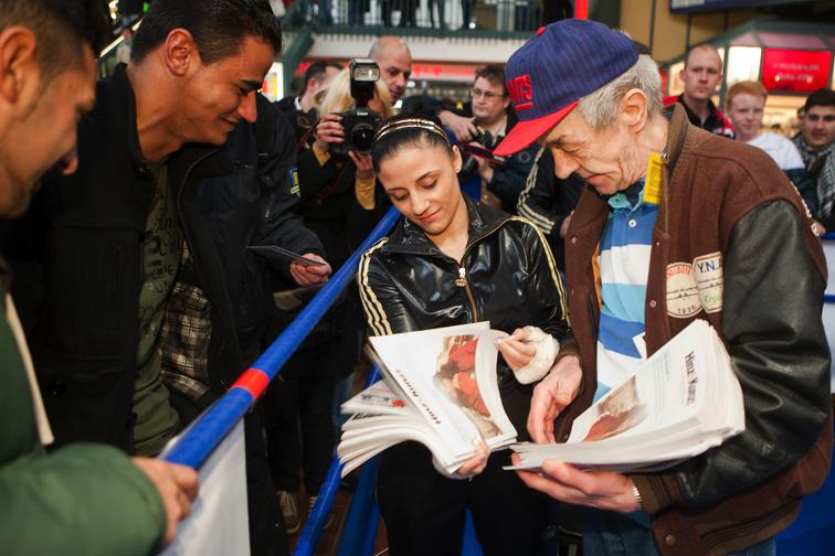 Ist da was? Boxerin Susianna Kentikian und Hinz&Künztler Uwe machen Boxfans mit Gratis-Tickets für den großen Boxabend glücklich.