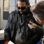 Hip-Hop-Star Samy Deluxe schreibt Autogramme und gibt nebenbei ein Radio-Interview