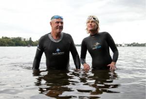 Fertig zum Abtauchen: Joachim Düster und Heidi Fischer-Klages testen schon mal die Wassertemperatur der Alster.