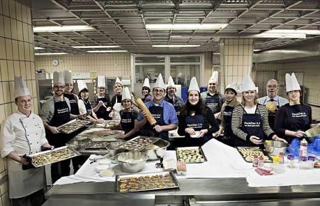 Die guten Wichtel der Firma Beiersdorf: Insgesamt 35 Mitarbeiter organisierten in ihrer Freizeit die Weihnachtsfeier für  Hinz&Künztler, Geschenketüten für alle Verkäufer inklusive. Darin: handgeschriebene Weihnachtskarten und selbst gebackene Kekse.