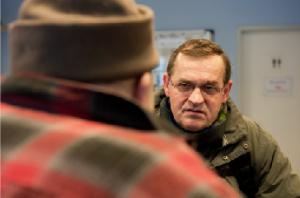 Zuhören: Stanislaw Szczerba (rechts) ist für viele obdachlose Polen der erste Helfer, der ihre Muttersprache versteht.