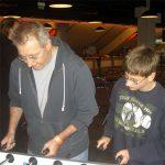 Vater und Sohn am Tisch