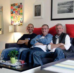 Hinz&Künztler Hans-Peter (Mitte) in seinem neuen Zuhause. Möglich machten das Marco Natho (links) und Andreas Wulf von Ikea.
