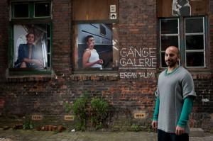 """Der Designer und Fotograf Erfan Talimi stellt in der """"Gänge Galerie"""" unter freiem Himmel seine Porträtfotos aus (oben). """"Das Gängeviertel ist ein sehr inspirierender Ort"""", sagt er. """"Wenn man hier reinrutscht, ist die Gefahr sehr groß, dass man sich in alles und alle verliebt und nie wieder geht."""""""