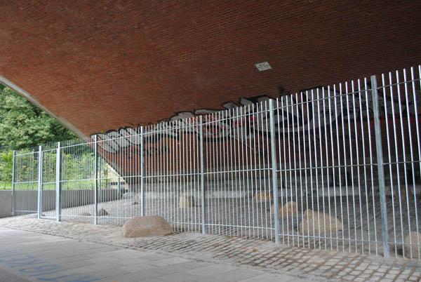 Fast drei Meter hoch und kein Durchkommen: der neue Zaun an der Kersten-Miles-Brücke