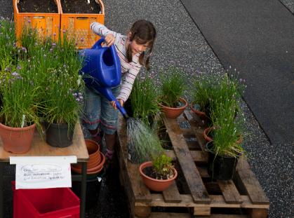 Marta Baches, fünf Jahre. Mag die Gießkanne noch so schwer sein, die Pflanzen müssen gegossen werden. Und zwar alleine!