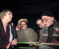 """Gerhard Arland (ganz rechts) ist Manager, Texter und Schauspieler bei Hamburgs erstem Obdachlosentheater """"Obdach-Fertig-Los"""". Foto: Ulrike Schmidt"""
