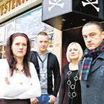 """Zlatko (rechts) und seine Familie hoffen, dass das Planet-Pauli-Pub vor dem Abriss gerettet werden kann. """"Ich habe EXISTENZANGST"""", sagt er."""