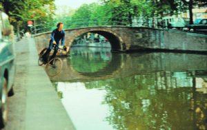 Kurz vor dem UNTERGANG: Performancekünstler Bas Jan Ader im Moment seines Sturzes  in eine Amsterdamer Gracht