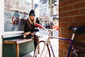 Maria hat ihr Fahrrad immer dabei – auch wenn sie sich nur um die Ecke an der Davidstraße einen Kaffee holt. Zwei Wochen nach dem Fototermin wurde das weiße Rennrad übrigens geklaut.