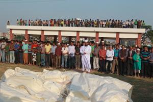 Foto von der Trauerfeier nach dem Großbrand in einer Textilfabrik in Bangladesch. Die Zulieferfirma hatte Bekleidung für C&A produziert.