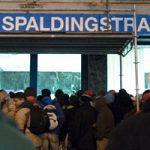 Andrang vor dem Winternotprogramm in der Spaldingstraße. Foto: Mauricio Bustamante