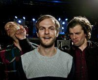 """Florian Weber, Peter Brugger und Rüdiger Linhof (von links) sind nicht nur dem Bandnamen nach dicke Kumpel, die gemeinsam Musik machen.  Sie engagieren sich auch gegen rechts,  für fairen Handel oder das Münchner Straßenmagazin """"Biss""""."""