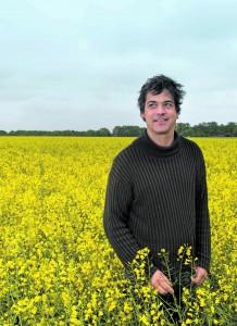 Matthias Schulz: ausnahmsweise mal im Rapsfeld und nicht hinter dem Herd.  Der 43-jährige Koch setzt auf den direkten Kontakt zu Bauern seines Vertrauens.