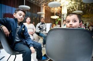 Dennis (rechts) macht große Augen angesichts  des Festmahls in der Spiegel-Kantine, das  er sich mit seinen Eltern, seinem Cousin und  vielen weiteren Hinz&Künztlern schmecken ließ.