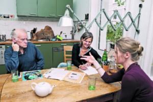Am Küchentisch planen Peter Franke, Christiane Filla und Katja Geist (v. l.) den Lesekünztler-Abend zugunsten von Hinz&Kunzt.