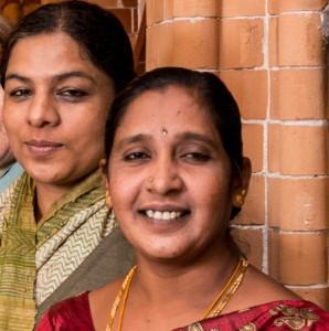 Anita Cheria (hinten)  und Maheshwari Murugan berichteten in Hamburg von der Ausbeutung indischer Mädchen in ihrer Heimat.