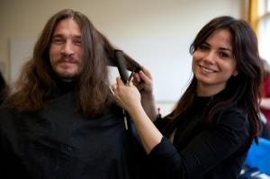 Wer nur wenig Geld zum Leben hat, kann sich selten einen Friseurbesuch leisten. Beim Wohlfühlmorgen gibt es den neuen Haarschnitt kostenlos.