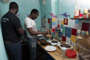 In der kleinen Küche kocht die Wohngemeinschaft. Lebensmittel bekommen sie von ihren Gastgebern.