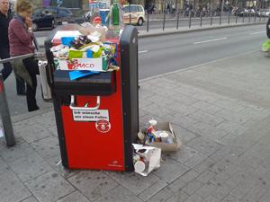 Wird die Innenstadt durch die neuen Mülleimer wirklich sauberer? Sascha hat Zweifel.