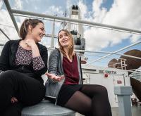 Adrenalin, Applaus, Witze über Mädchenlyrik: Die Slammerinnen Bente Varlemann (links) und Mona Harry haben viel miteinander zu bereden.