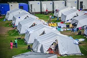 Alle nicht wintertauglichen Zelte (wie hier im Jenfelder Morpark) sollen bis Anfang November abgebaut und gegen feste Behausungen ersetzt werden. (Foto: Matthias von Braun / action press)