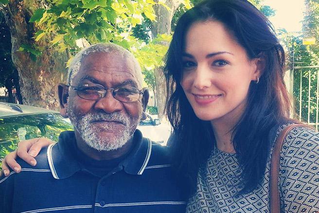 Big Issue-Verkäufer Joseph mit der südafrikanischen Filmemacherin Greta Henley. (Foto: Greta Henley/Facebook)