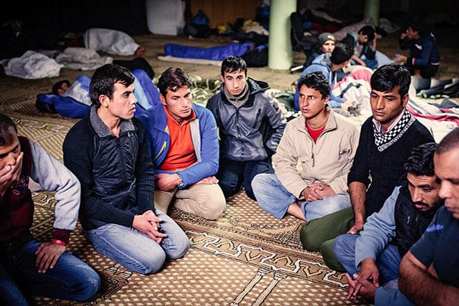 tullah (Dritter von rechts) und seine Gruppe aus Afghanistan übernachten in der MOSCHEE, betreut vom Flüchtlingsbeauftragten Abdellah Benhammou (vorn rechts)