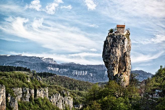 In der kleinen MÖNCHSKLAUSE von Maxime Kavtaradze fehlt jeglicher Komfort. Nach oben kommt man nur über eine wackelige Eisenstiege. Per Flaschenzug wird das Nötigste hinaufbefördert.