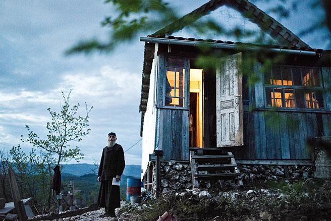 Das Holzhaus stand ursprünglich in der nahe gelegenen Stadt, wo Maxime Kavtaradze es abbaute und in 40 Metern Höhe neu errichtete.