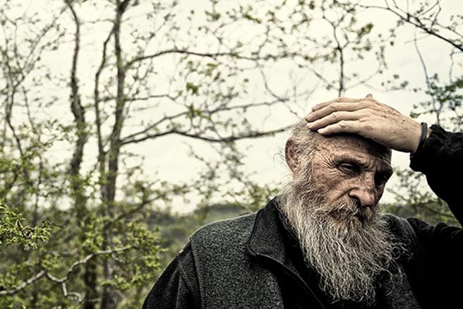 """Als Dmitrij Leltschuk den Mönch zum ersten Mal sah, war er richtig erschrocken. Über dessen wirres Haar, seine große, hagere Gestalt und die riesigen Pranken. """"Aber wenn er dich UMARMT, weißt du nicht, wo du bist!"""", schwärmt der Fotograf."""