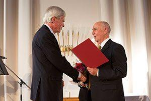 Michael Otto (links) erhält die Auszeichnung von Jürgen Lüthje, Vorstand der Patriotischen Gesellschaft.