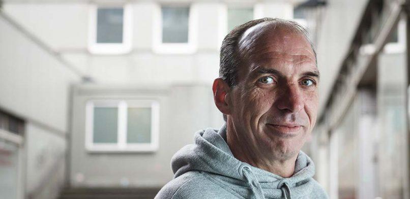 Stefan (46) war Goldschürfer am Amazonas und  Hausbesetzer in Amsterdam. Jetzt  verkauft er Hinz&Kunzt  in der Innenstadt. Foto: Mauricio Bustamante.