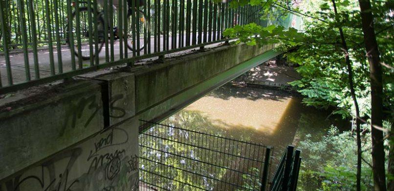 Da stand er noch: Der  Zaun unter der Goebenbrücke am Isebekkanal. Foto: Mauricio Bustamante.