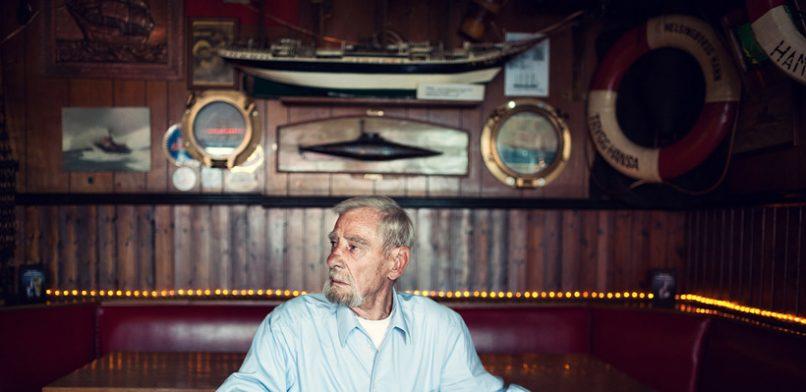 """Kapitän Schwandt in seinem zweiten Wohnzimmer, der HAIFISCHBAR. Mit Verve kämpft er gegen rechte Hetzer: """"Man muss sich gerade machen für seine Überzeugungen."""" Foto: Dmitrij Leltschuk"""