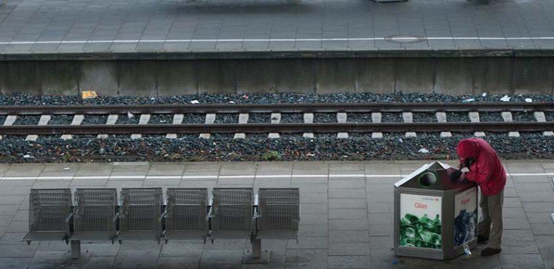 Eigentlich am Bahnhof verboten: Ein Pfandsammler sucht nach Flaschen im Mülleimer. Foto: Mauricio Bustamante.