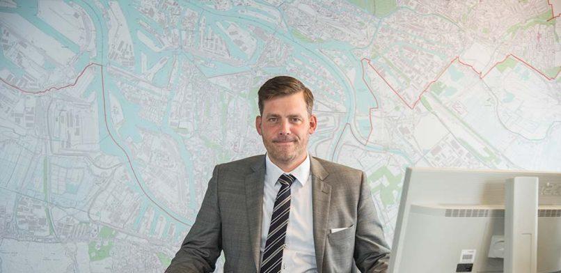 Das Zentrum der Macht im Bezirk Mitte: Falko Droßmann (SPD) an seinem Schreibtisch im Bezirksamt. Foto: Lena Maja Wöhler
