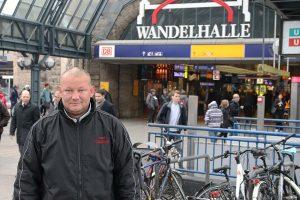 """Der Obdachlose Maik hält sich tagsüber vor Hauptbahnhof auf, """"weil es hier trocken ist"""". Foto: Benjamin Laufer."""