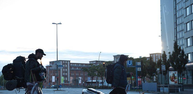 Morgens schleppen BONNIE UND CLYDE ihre Habe zum Stützpunkt. Tagsüber verkaufen sie Hinz&Kunzt vor Douglas in der Mönckebergstraße. Foto: Mauricio Bustamante.
