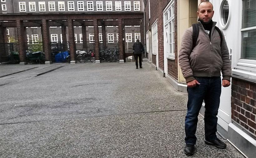 Christoph ist müde und erschöpft. Seit sieben Jahren lebt der 27-Jährige bereits auf der Straße. Foto: Jonas Füllner