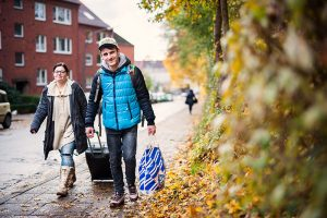 """Nur mit wenig Gepäck kam das Pärchen zur Schlüsselübergabe. Ihr Hab und Gut lagerte noch auf ihrer """"Platte"""". Foto: Dmitrij Leltschuk"""