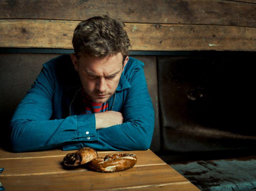 BREZN oder Franzbrötchen? Das ist hier die Frage. Sebastian Bezzel isst beide Spezialitäten gern. Foto: Andreas Hornoff.