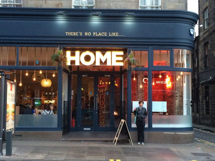 "Hinz&Kunzt-Autprin Simone Deckner vor dem ""Home"" in Edinburgh. Foto: Oliver Lauber."