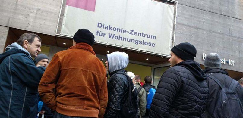 120 Obdachlose warten am Dienstagmorgen vor dem Diakonie-Zentrum TAS aus einen der begehrten Containerplätze. Foto: BELA.
