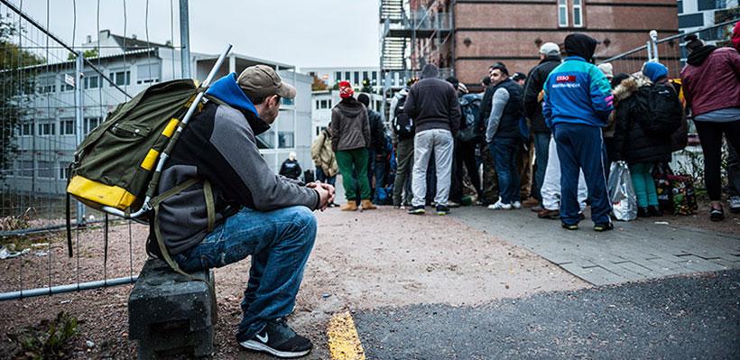 Mehr als 200 Obdachlose warten vor dem Eingang auf einen Platz im Winternotprogramm.