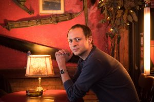 """Filmemacher Christian Hornung im """"Utspann"""" auf St. Pauli: Fast ein Jahr recherchierte der 39-Jährige in dieser und anderen KNEIPEN für seine Dokumentation. Foto: Maurico Bustamante."""