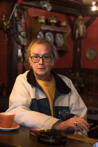 """""""Früher war das auch noch ganz anders. Früher haben die jede Woche ihren Lohn gekriegt. Lohntütenball. Das war eine GOLDENE Zeit. (…) Es kann noch so viele Argumente fürs Sparen geben. Sparen kann ich auch zu Hause. Oder auf der Bank. Wie gewonnen, so zerronnen"""", erzählt Manuela im Film. Foto: Mauricio Bustamante."""